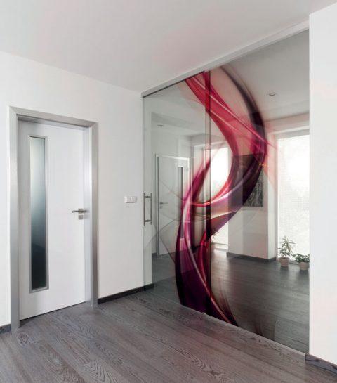 SKLO, STĚNA A VLNA. Tyto elementy představují neobyčejné celoskleněné dveře posuvné na boční světlík. Mezi dvě kalená skla je zataven vnitřní digitální tisk – atraktivní dekor bordó vlnky, který celý model ozvláštňuje. Cena od 7800 Kč/m2. J.A.P., www.sklo-jap.cz