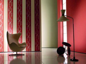 POZADÍ DESIGNOVÉMU křeslu Egg od Arna Jacobsena tvoří tapety z kolekce Anadante Casino s vertikálami korálové barvy.  MARBURG: ABITARE
