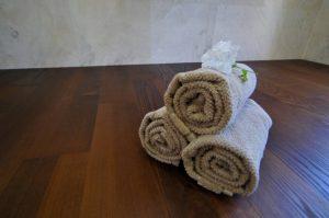 Pro maximální ochranu dřevěné masivní podlahy v koupelně se doporučuje opatřit povrch přírodním olejem. Nejen zvýrazní barvu a strukturu dřeviny, ale zachová její pružnost a přirozenost. Navíc podlahu impregnuje a umožňuje dřevu dýchat, což je v koupelně velmi podstatné.