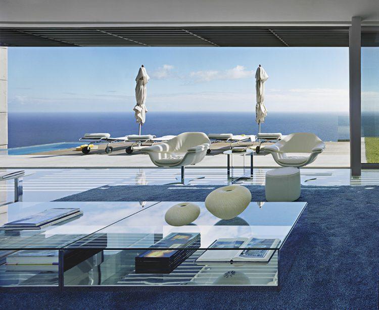 Z obývacího pokoje s krbem, propojeného s venkovní terasou s bazénem, se nabízí ničím nerušený výhled na oceán