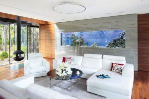 Bytoví architekti pracovali na návrhu interiéru ještě před dokončením hrubé stavby. Společně se zahradním architektem řešili rozvržení místností, aby vynikly výhledy na vzrostlý březový háj a na bazén. Významnou roli hraje mořské akvárium, spojující obývací pokoj s ložnicí.