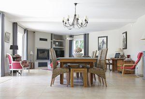 Vsaďte na designové osvětlení Osvětlení samotné může být vhodnou dekorací pro váš obývací pokoj. Pokud máte vysoký strop, můžete zvolit designové skleněné lustry, bohatě zdobená, visací, či  třeba starožitná svítidla. V místnostech s nízkým stropem volte světla menší, aby nepůsobily jako pěst na oko – malé lustry s pár úchyty na žárovky mohou také vypadat skvěle! Ideální barvou světla do obývacích pokojů je žlutá, která je měkčí a tmavší, v případě LED žárovek teplá bílá. Dbejte na to, aby svítidla doopravdy osvítila většinu místnosti.