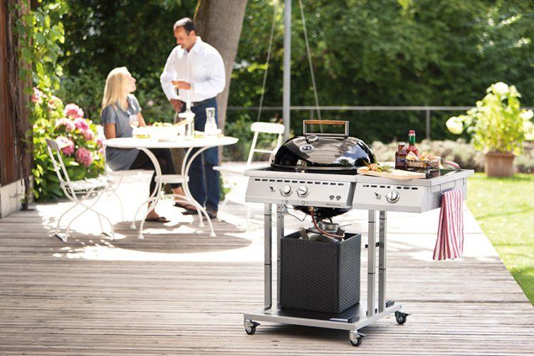 PLYNOVÝ GRIL Outdoorchef Paris deluxe 570 G poskytuje výhodu dvouhořákového kotlového produktu s technologií Easy Flip pro pohodlné, rychlé, všestranné a zdravé grilování. Postranní vařič na přípravu omáček či příloh se po zakrytí deskou z leštěné žuly změní v odkládací plochu. Čtyři uzamykatelná kolečka. Cena 26 990 Kč. OUTDOORCHEF.CZ