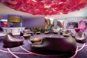 Bar Nhow, který stojí opodál uvítací haly, je zdoben bublinkami a oválnými tvary kolem dokola. Barevně příjemné kombinace a lesknoucí se laminát zvýrazňuje přidání zlaté barvy. K posezení lákají o ergonomická lehátka a sedadla rozmístěná podél baru.