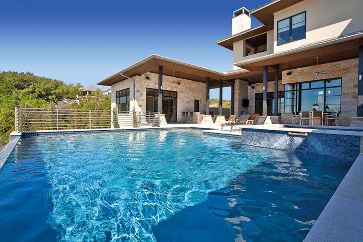 Součástí rezidence je velký venkovní bazén s několika hloubkovými úrovněmi. Modré dlaždičky použité na obložení zvýrazňují vodní plochu a tvoří z ní dominantní část exteriéru.