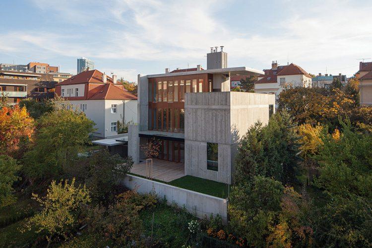Nevelká, perfektně udržovaná zahrada rozšiřuje obytný prostor. Na betonovou plochu navazuje trávník.