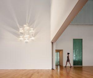 SVĚTELNOU I DEKORATIVNÍ FUNKCI plní variabilní svítidlo Wall, jehož autorem je designér J. L. Xuclà. Mobilní komponenty, které odrážejí světlo na stěnu, lze podle fantazie různě sestavovat, jsou adaptabilní pro různé povrchy. EUROLUCE 2015, Salone del Mobile