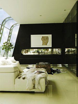 Dominantou obytného prostoru jsou umělecká díla. Velkorozměrová plátna s akty vynikají na černých předělových stěnách