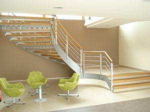 Moderní vzhled má ocelové bočnicové schodiště s nerezovým zábradlím a dubovými stupni. Dřevěné části jsou ošetřeny přírodním olejem. Cena podle provedení 395 000 Kč. SCHODY STADLER, www.stadler.cz