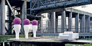 RAFINOVANĚ TVAROVANÁ váza na elegantně vysoké noze je vyrobena z polyesteru a nabízí se v několika barevných provedeních. Nejspíš se hodí pro venkovní použití, může ale stejně dobře zdobit i v obýváku. Dosahuje výšky dospělého člověka.  SERRALUNGA, ABITARE