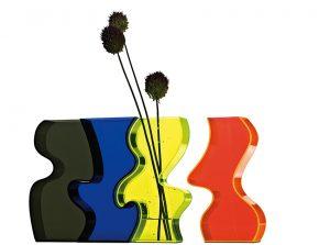 VLNITÁ VÁZA z kolekce Ottawa je z designérské dílny Karima Rashida. Skládá se ze čtyř částí, které lze umístit samostatně nebo složené vcelku. Cena 2180 Kč. DECOLAND, www.decoland.cz