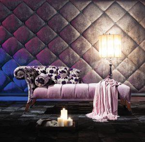 Jako na zámku si budeme připadat při odpočinku na stylovém čalouněném sofa. Výrazný solitér vyžaduje odpovídající prostor. Cena 41 129 Kč. VIOLA EU, www.violanabytek.cz